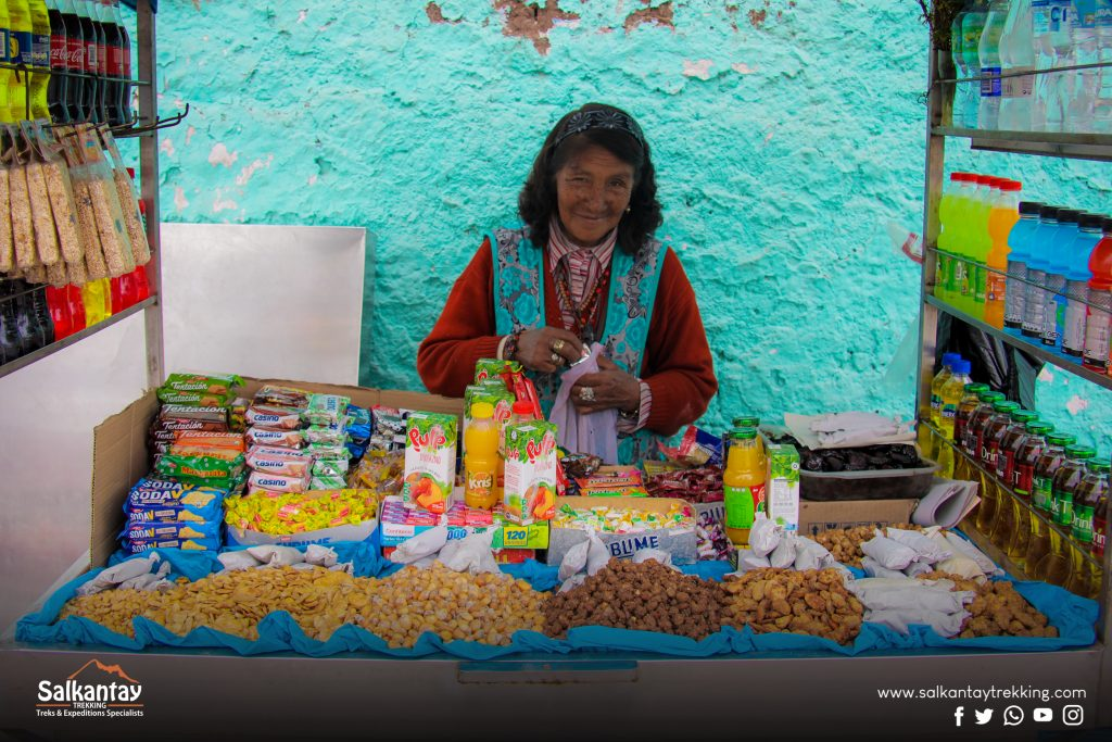 A lady sells homemade candies enveloped in paper that you can choose instead of industrial candies.