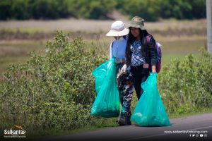 Girls picking up trash at cleaning campaign in Huacarpay