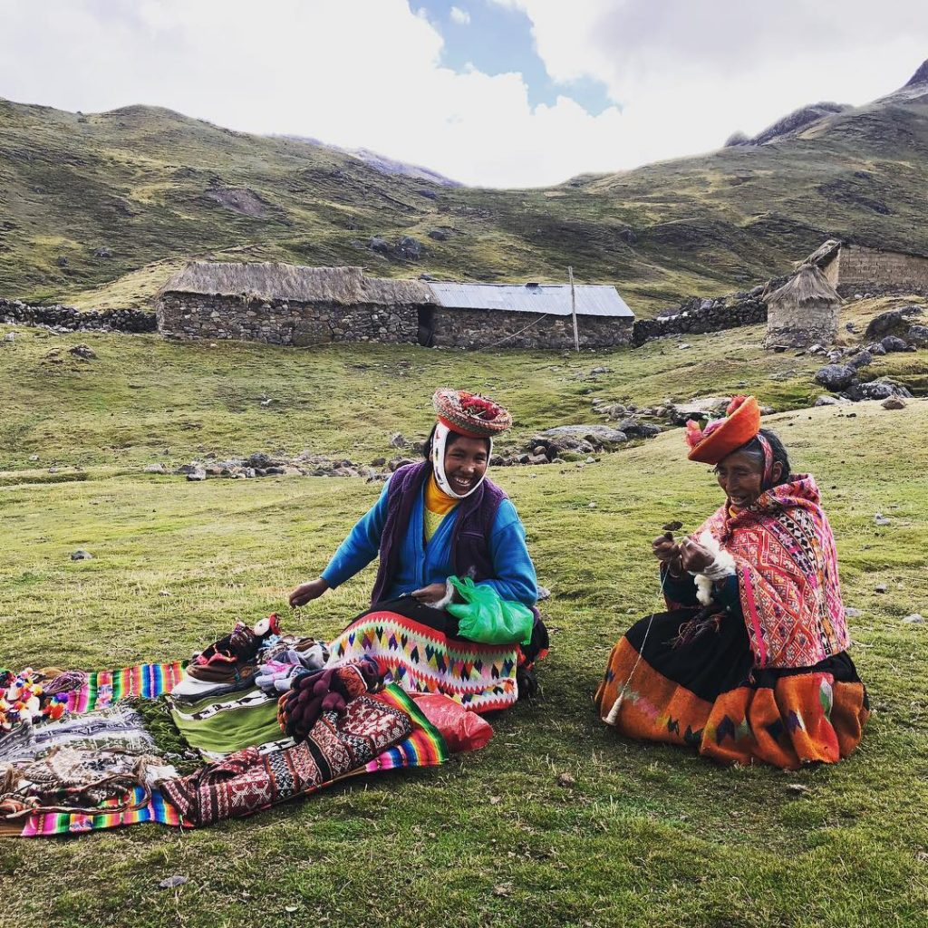 Weaving artists on the Lares route
