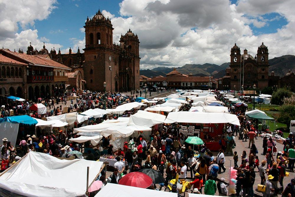 Santurantikuy-takes-place-plaza-armas.