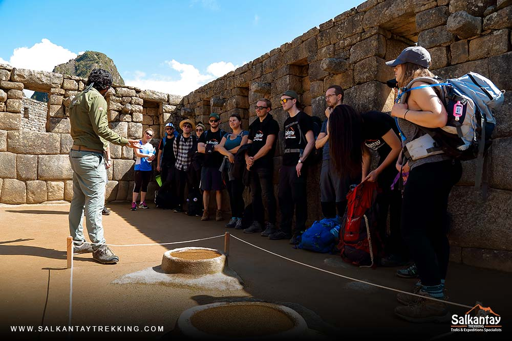 Guide explaining the history of the Incas in the archaeological center of Machu Picchu.
